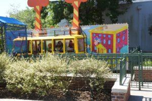 子供向けのバスっぽい乗り物。
