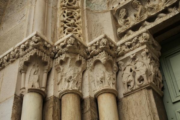 ファサードの柱頭